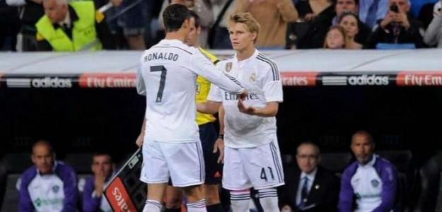 Odegaard, junto a Cristiano Ronaldo (EFE)