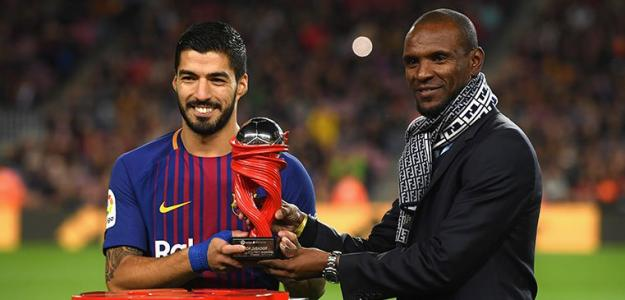 Abidal entrega un premio a Suárez / Barça