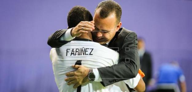 Faríñez se abraza con su entrenador (EFE)