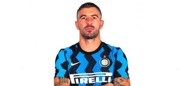Kolarov podría seguir en el Inter si baja su salario / Inter.it