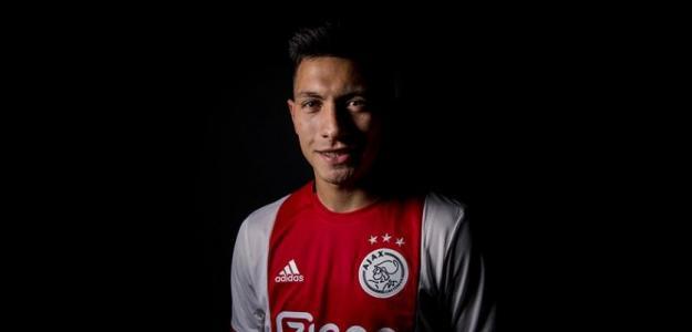 La nueva incorporación del club posa con su nueva camiseta / Ajax de Amsterdam