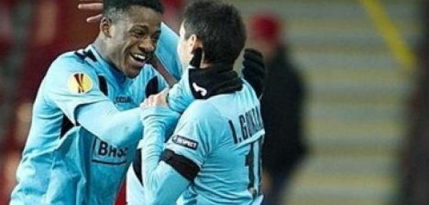 Michy Batshuayi (izqda.) celebra un gol con su compañero del Standard de Lieja