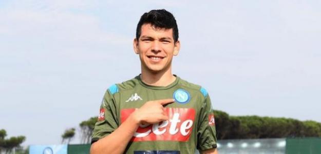 Lozano posando con la camiseta del Nápoles / Twitter: @sscnapoliES