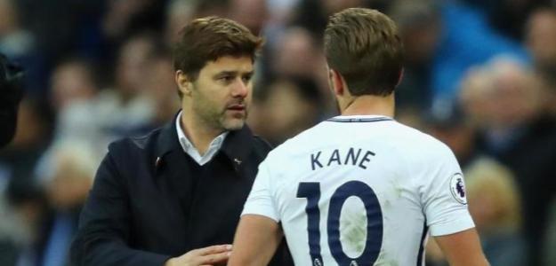 Mauricio Pocchetino conversa con Harry Kane, delantero del Tottenham / Premier League