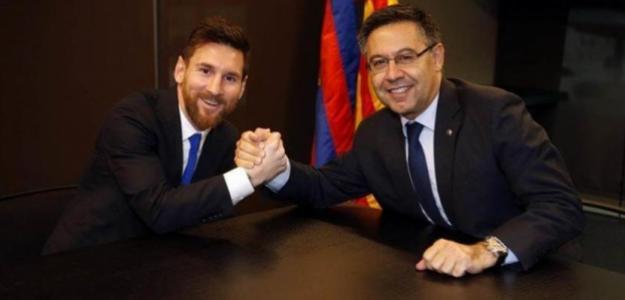 Leo Messi y Josep María Bartomeu, tras la firma del último contrato / FC Barcelona.