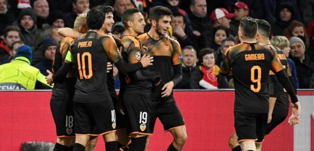 Los jugadores del Valencia celebran el gol en Ámsterdam. / larazon.es