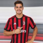 André Silva posa con el AC Milan / AC Milan