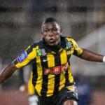 Abdul Majeed Waris celebra un gol