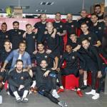 Los jugadores del Barça, despidiéndose de Rafinha (FC Barcelona)