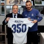 Florentino y Benzema, con una camiseta conmemorativa (Real Madrid)
