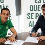 Andrés Guardado con un directivo / Betis
