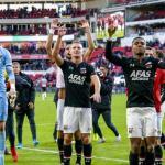 Jugadores del AZ celebrando la victoria ante el PSV. / nos.nl