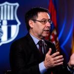 Josep María Bartomeu, con el escudo del Barcelona de fondo / FC Barcelona