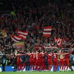 El Bayern celebrando la victoria en Londres con su afición. / @LaSalaVAR