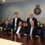 Chen Yanseng junto a la directiva del Espanyol. Foto: Youtube.com