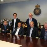 Chen Yansheng junto a la directiva del Espanyol. Foto: Youtube.com