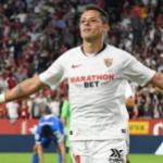 'Chicharito' comienza a ganarse a los fanaticos del Sevilla. FOTO: SEVILLA