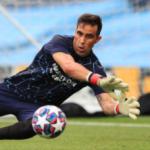 """Claudio Bravo se pone a tiro del Betis. Foto: Getty Images"""