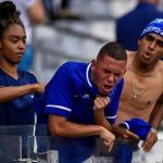 Aficionados de Cruzeiro lamentando el descenso. / milenio.com