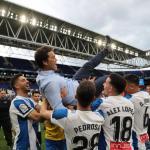 Los jugadores mantean a Rubi al término del partido (RCD Espanyol)