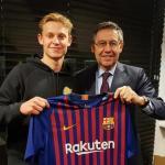 De Jong y Bartomeu, con la camiseta del Barça / FC Barcelona.