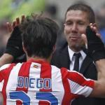 Diego saluda a Simeone tras un gol/lainformacion.com/Agencia EFE