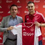 Marc Overmars y Dusan Tadic, en la presentación del serbio / Ajax.