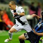 Sebastian Giovinco pugna un balón con Chivu/lainformacion.com/Getty Images