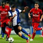 El colombiano James Rodríguez peleando un balón contra el PSG