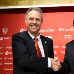 Joaquín Caparrós con José Castro en su vuelta al club hispalense. Foto: Sevillafc.es