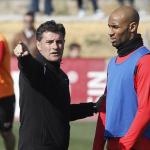 Míchel dialoga con Kanoute durante una sesión de entrenamiento