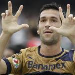 Luís García celebra un gol en México
