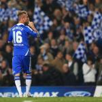 Raul Meireles celebra un gol en Stamford Bridge