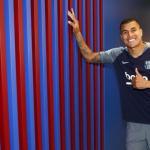 Murillo posa tras firmar con el Barça / Foto: FC Barcelona