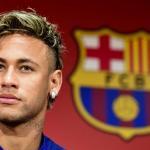 Neymar con el escudo del FC Barcelona / Youtube
