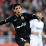 Dani Parejo pelea un balón en el Santiago Bernabéu