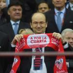 Pepe Castro posa con una bufanda del Sevilla FC / Sevilla FC
