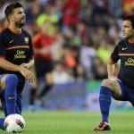 Piqué y Fábregas realizan el calentamiento previo a un partido en el Camp Nou