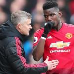 Paul Pogba conversa con Solskjaer durante un encuentro de la Premier League / Premier League