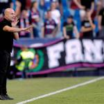 Paco López durante un partido del Levante. / diariodenavarra.es