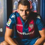 Borja Mayoral posa como jugador del Levante / Youtube.