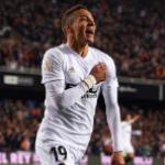 """""""Los jugadores del Valencia hacen piña para que no salga Rodrigo. Getty Images"""""""