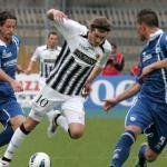 Alessandro Sbaffo, rodeado por dos oponentes