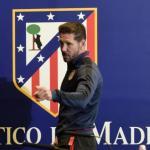 Diego Pablo SImeone junto al escudo del Atlético / Atlético