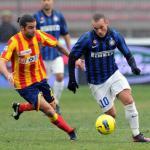 Sneijder conduciendo un balón durante un partido con el Inter de Milán.