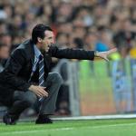 Unai Emery efectúa una indicación en el área técnica del Santiago Bernabéu