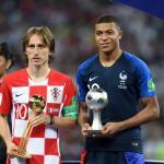 Luka Modric y Kylian Mbappé, tras la final del Mundial de Rusia.